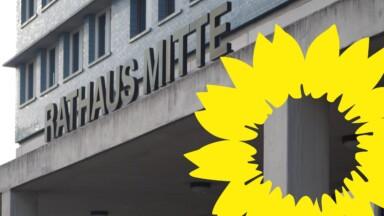 Eingang des Rathaus Mitte mit der gelben gemalten Sonnenblume