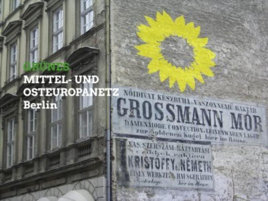Historisches Gebäude mit gelber Sonne und Schriftzug der Arbeitsgruppe.