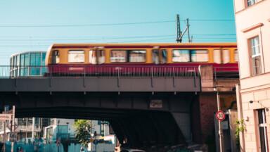 S-Bahn auf einer Brücke in Mitte.